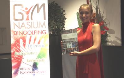 Sarah Simmel für die Jahresbestleistung in der Abiturprüfung im Fach Deutsch von der Gesellschaft für deutsche Sprache e.V. ausgezeichnet